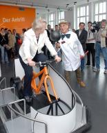 Dr. Annette Schavan auf dem Exponat Luftkissenfahrrad - Bildquelle: Sabine Reiser