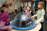 Kinder beim Experimentieren - Bildquelle: Sabine Reiser