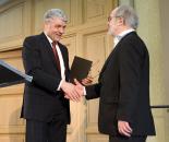 Oberbürgermeister Dr. Bernhard Matheis (l.) überreicht den Hugo-Ball-Preis 2014 an Thomas Hürlimann (r.)